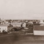 Вид с вала на торговую площадь. Фото начала ХХ века из собрания Белозерского областного краеведческого музея (БИХМ 2697)