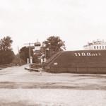 Вид на Белозерский земляной вал с надписью 1100 лет. Фото 1962 года из собрания Белозерского областного краеведческого музея (БОКМ 4173 - 4 н - в)