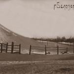 Склон вала зимой. Фото 1920-1930 годов из собрания Белозерского областного краеведческого музея (БОКМ 5841 - 11)