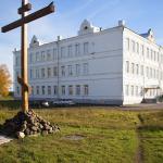 Современный вид здания, где располагалось духовное училище (слева - крест на месте разрушенной церкви Василия Великого)